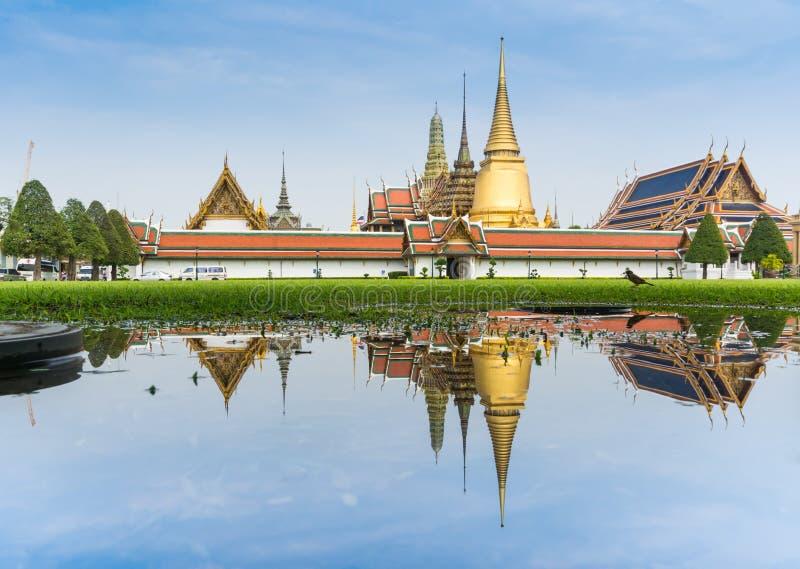 Download Krajobraz Szmaragdowy Buddha Wody I świątyni Odbicie Na Trawy Polu Obraz Stock - Obraz złożonej z ornament, wnuk: 41952277
