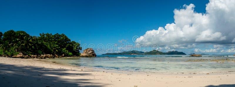 Krajobraz tropikalna plaża z rafą koralowa i chmurnym niebem, zdjęcia stock