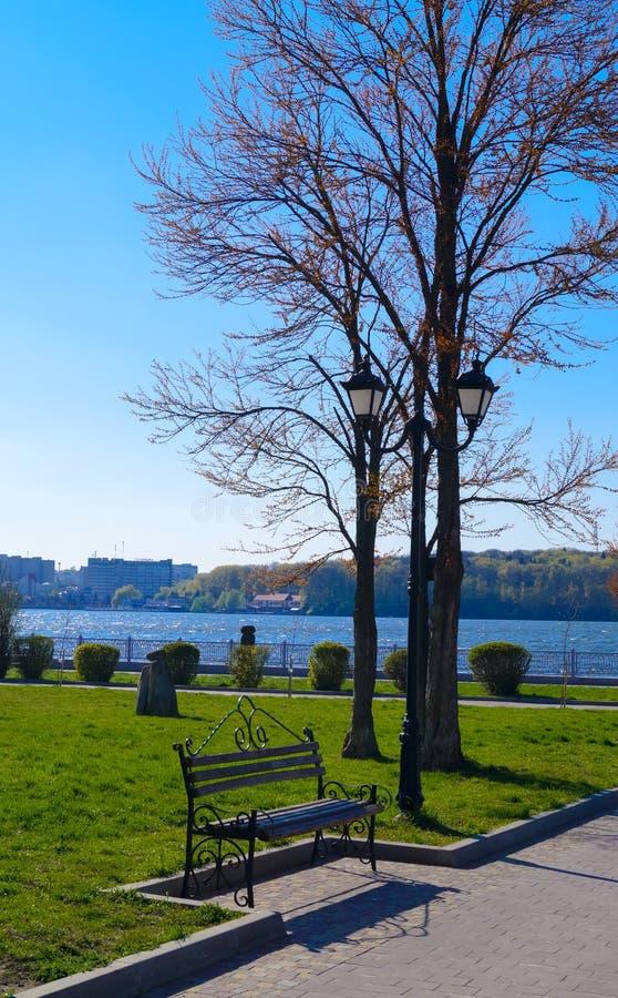 krajobraz w miasto Parkowej ławce pod lampą fotografia stock