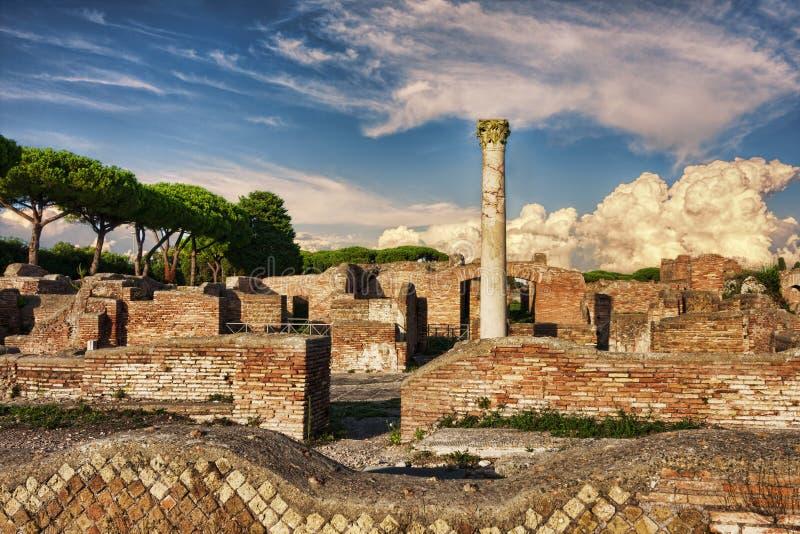 Krajobraz w Romańskich archeologicznych ruinach w Ostia Antica, Rzym - obraz stock