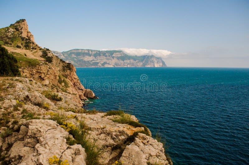 Krajobraz Widok od wzrostów góry wybrzeże i morze zdjęcie royalty free