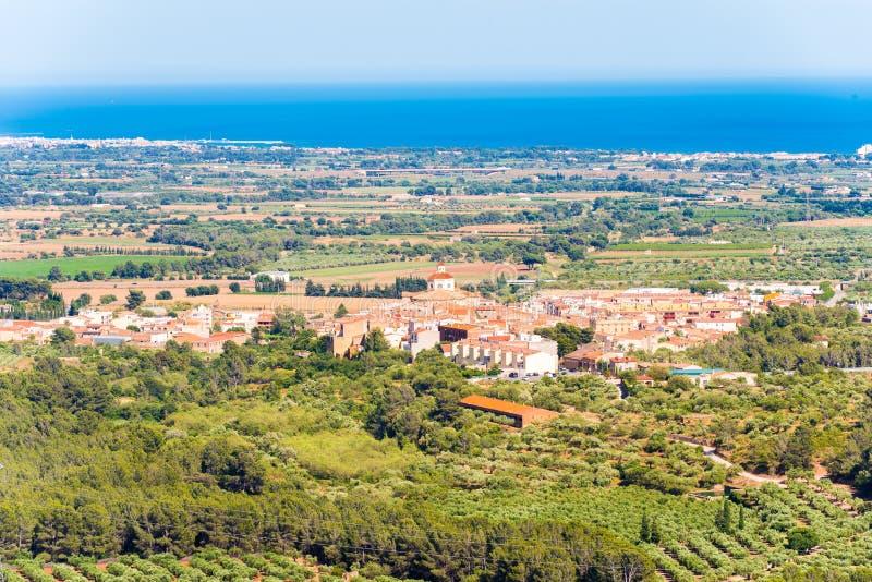 Krajobraz, widok stary Hiszpański miasteczko i dolina, Montbrio Del Obozujący, Tarragona, Catalunya, Hiszpania obrazy royalty free
