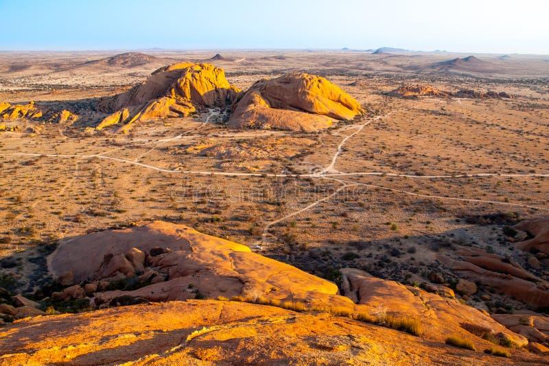 Krajobraz wokoło Spitzkoppe, aka Spitzkop z masywnymi granitowymi rockowymi formacjami, Namib pustynia, Namibia, Afryka zdjęcia royalty free