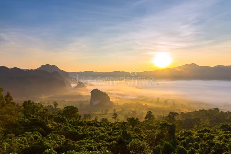 Krajobraz wschód słońca na górze przy Phu Langka, Payao prowincja, Tajlandia fotografia stock
