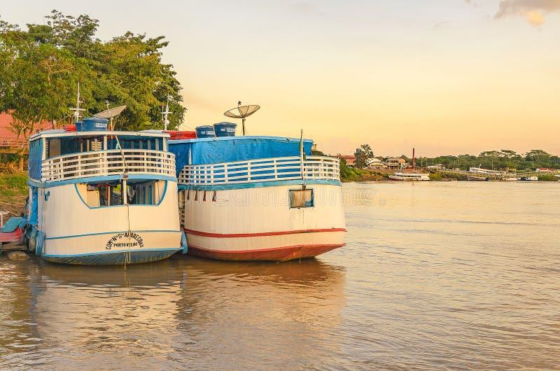 Krajobraz wycieczek turysycznych łodzie na bankach Rio madera fotografia royalty free