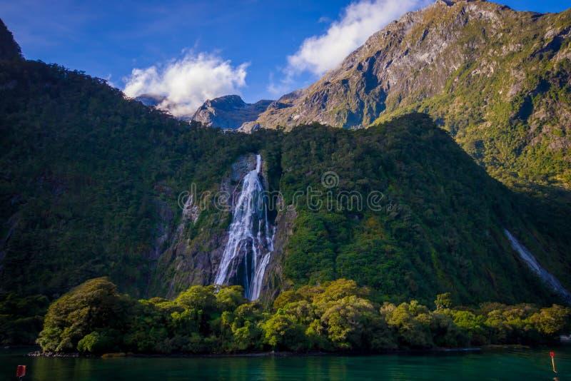Krajobraz wysoka góra lodowiec przy milford dźwiękiem z piękną siklawą w południowej wyspie w Nowa Zelandia i jeziorem, obraz royalty free