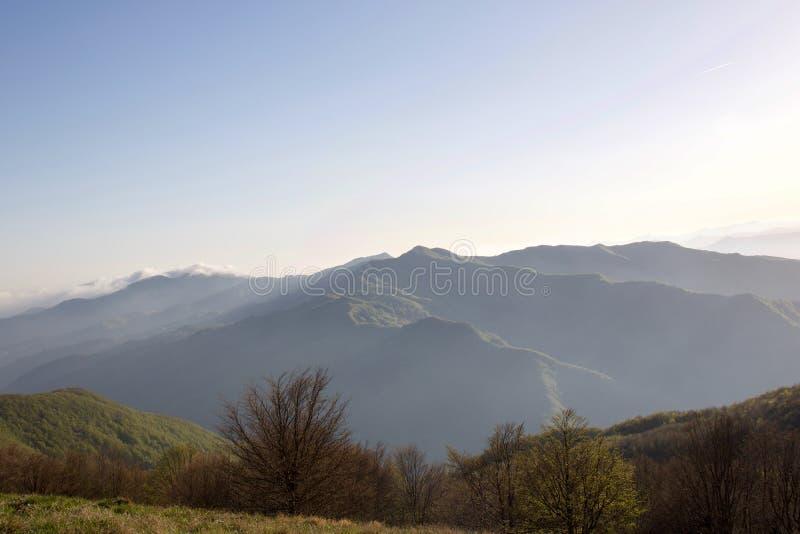 Krajobraz wzgórze granie przy zmierzchem fotografia stock
