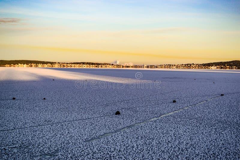 Krajobraz z żeglowanie kamieniami na zamarzniętym jeziorze obraz royalty free