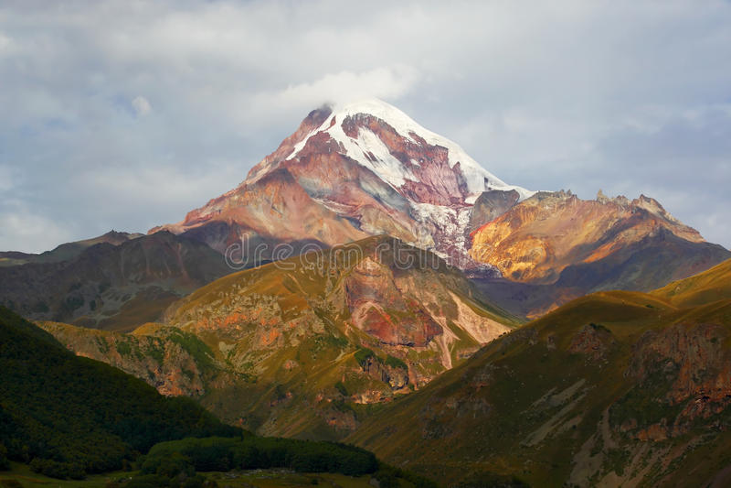 Krajobraz z śnieżystą wysoką górą zdjęcia royalty free