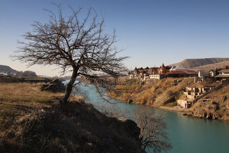 Krajobraz z brzeg rzekim i domami fotografia stock