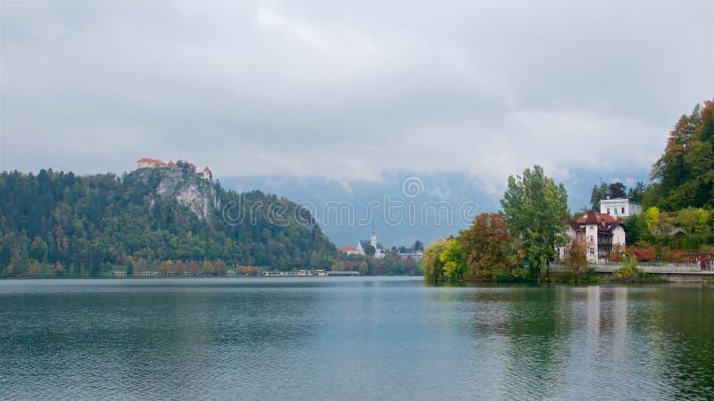 Krajobraz z domami i Krwawiący Grodowy otaczanie Krwawiliśmy jezioro w Slovenia zdjęcia royalty free