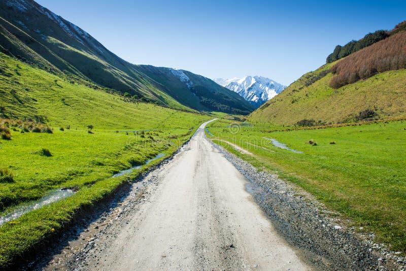 Krajobraz z drogą gruntową w górach, Nowa Zelandia zdjęcia stock