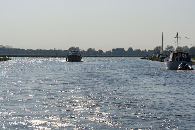 Krajobraz z drogami wodnymi i kana?ami P??nocny Holandia z ?odziami, strony styl ?ycia w holandiach obrazy royalty free
