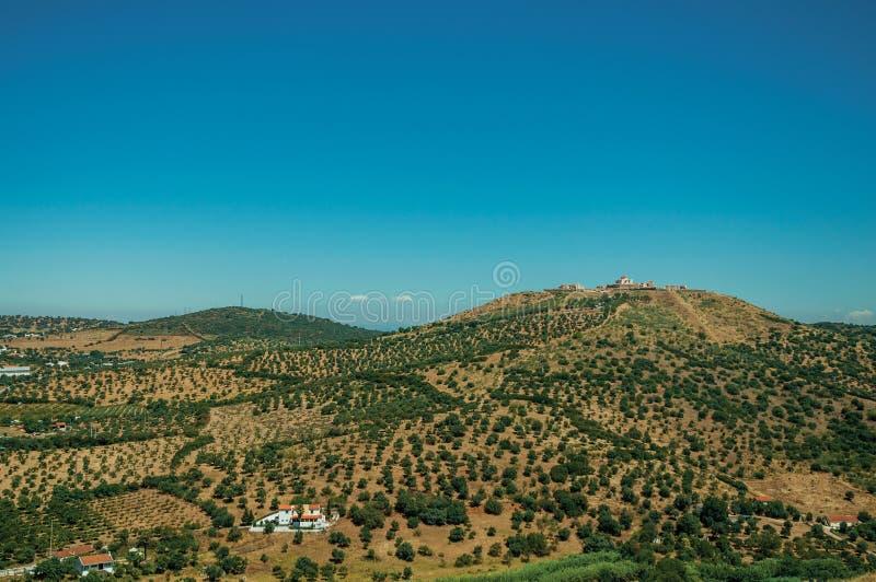 Krajobraz z fortecą na górze wzgórze i mali gospodarstwa rolne fotografia stock