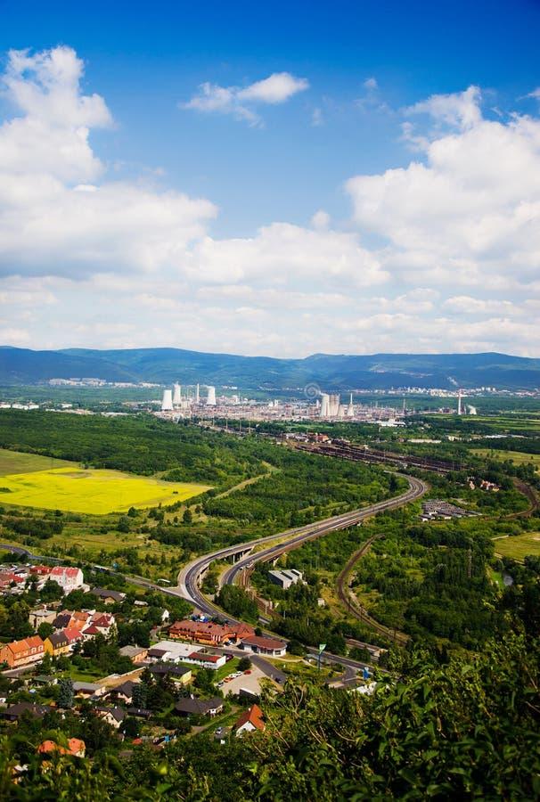 Krajobraz z górami, fabryką i koleją, obrazy stock