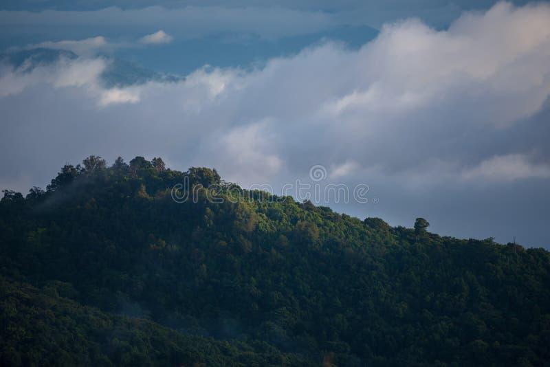 Krajobraz z górami i chmurami zdjęcie royalty free