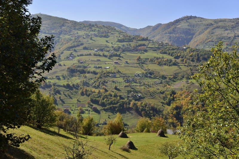 Krajobraz z górską wioską na początku jesieni zdjęcia royalty free