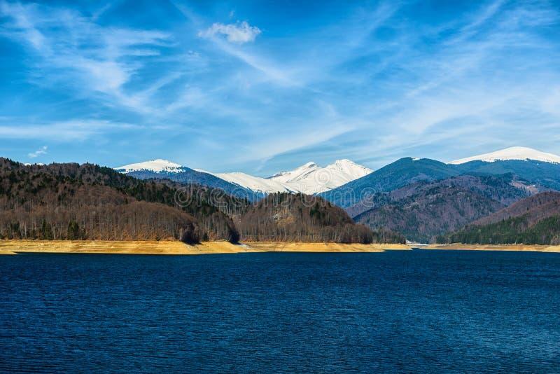Krajobraz z grobelnym jeziornym Vidraru w Rumunia, zdjęcie stock