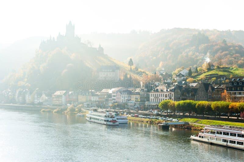 Krajobraz z grodzkim Cochem na rzecznym Moselle z reichsburg obsadą zdjęcie royalty free