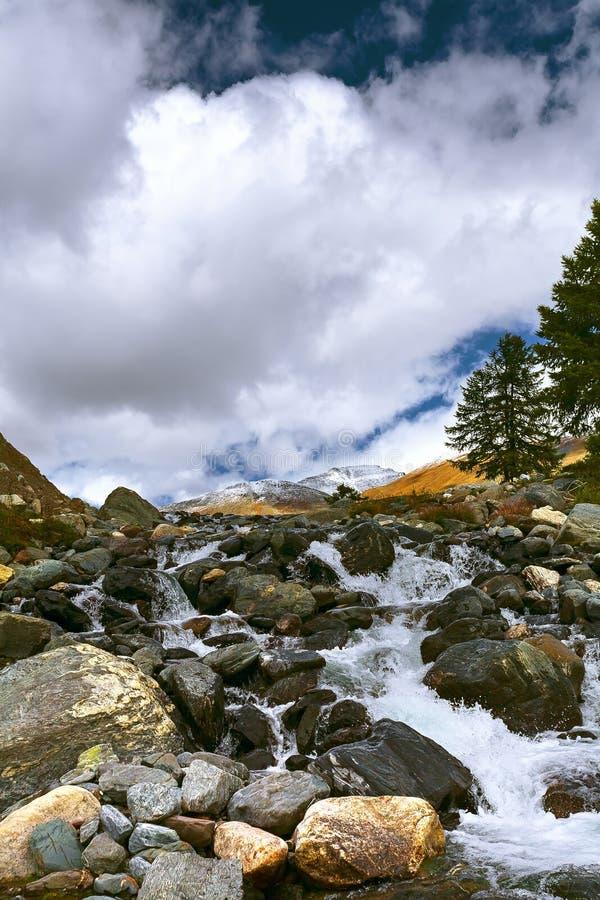Krajobraz z halną rzeką Woda biega w kaskadach nad t fotografia stock