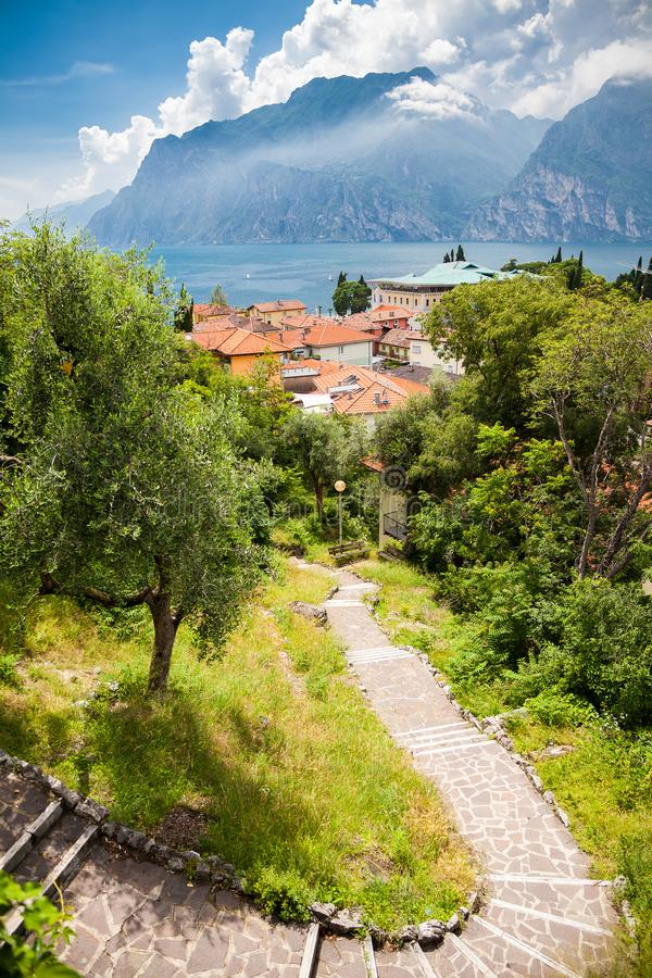 Krajobraz z Jeziornym Gardą i schodkami zdjęcia stock