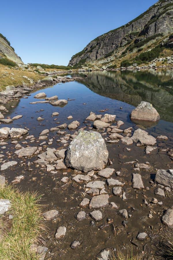 Krajobraz z kamieniami w wodzie w małym jeziorze, Rila góra obraz royalty free