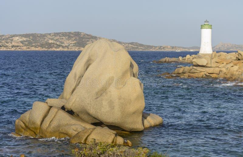 Krajobraz z latarnią morską i skały blisko Palau Sardinia, Włochy zdjęcie royalty free