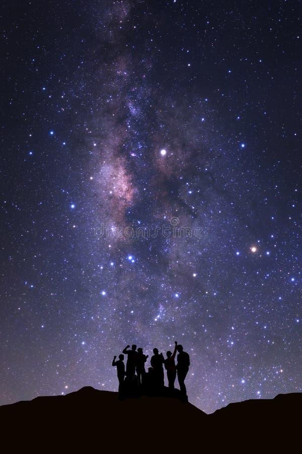 Krajobraz z milky sposobem, nocne niebo z gwiazdami i sylwetka, fotografia royalty free