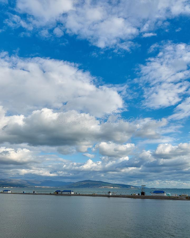 Krajobraz z niebieskim niebem, chmurami i morzem, zdjęcie stock