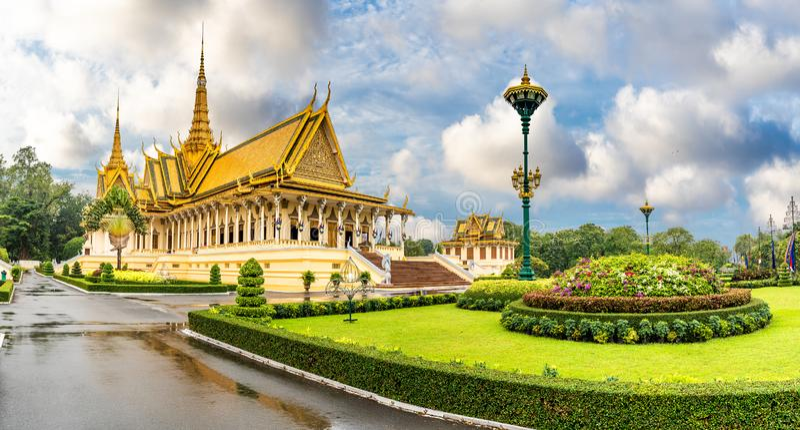 Krajobraz z pałacem królewskim w Phnom Penh, Kambodża zdjęcia stock