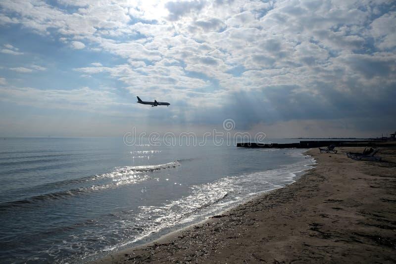 Krajobraz z pasażerskim samolotowym lataniem nad morze obraz stock