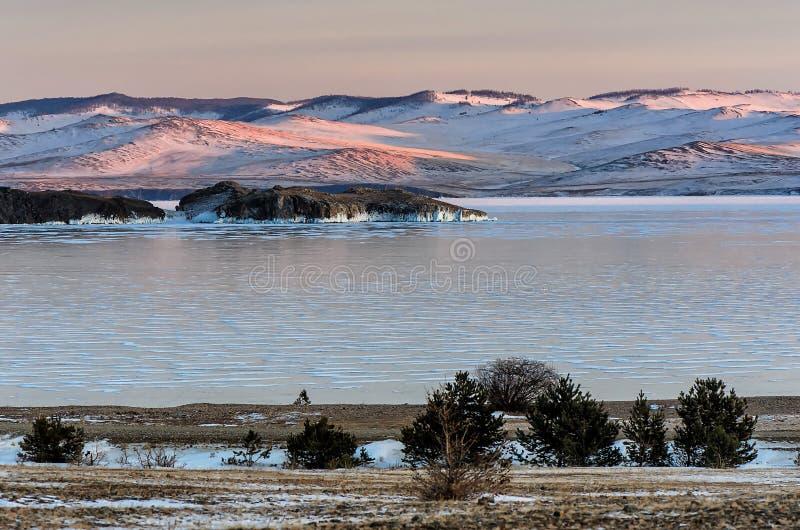 Krajobraz z piękna zima marznąć jeziornymi i śnieżnymi górami przy zmierzchem przy jeziornym Baikal komunalne jeden Moscow panora obrazy royalty free
