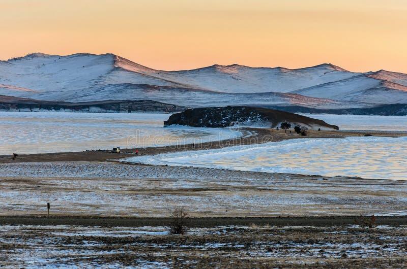 Krajobraz z piękna zima marznąć jeziornymi i śnieżnymi górami przy zmierzchem przy jeziornym Baikal komunalne jeden Moscow panora obraz stock