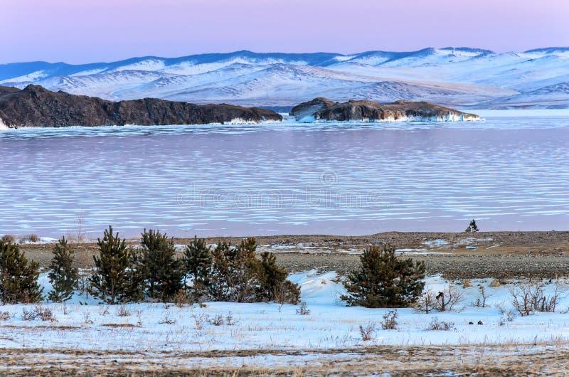 Krajobraz z piękna zima marznąć jeziornymi i śnieżnymi górami przy zmierzchem przy jeziornym Baikal komunalne jeden Moscow panora fotografia stock