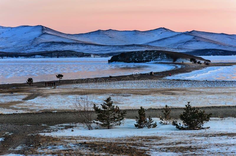 Krajobraz z piękna zima marznąć jeziornymi i śnieżnymi górami przy zmierzchem przy jeziornym Baikal komunalne jeden Moscow panora obraz royalty free