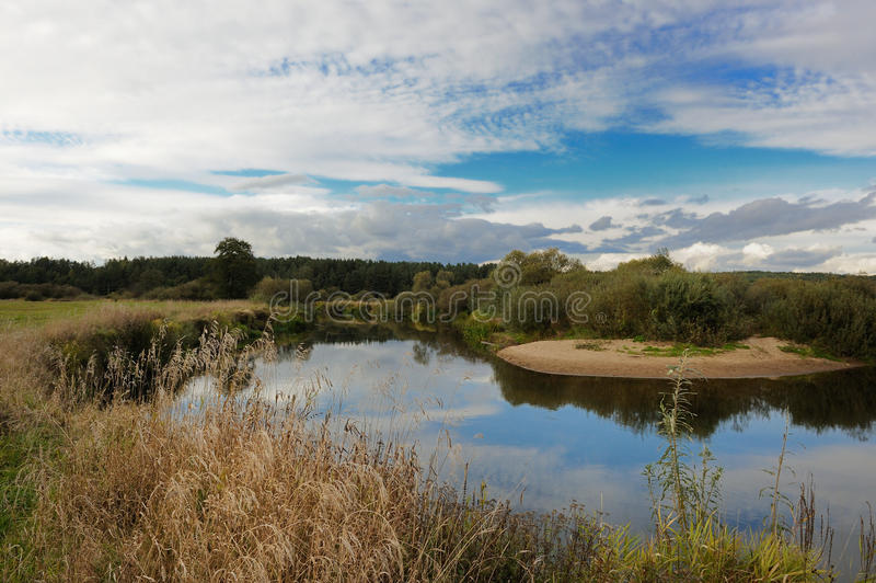 Krajobraz z rzeką i chmurami zdjęcia royalty free