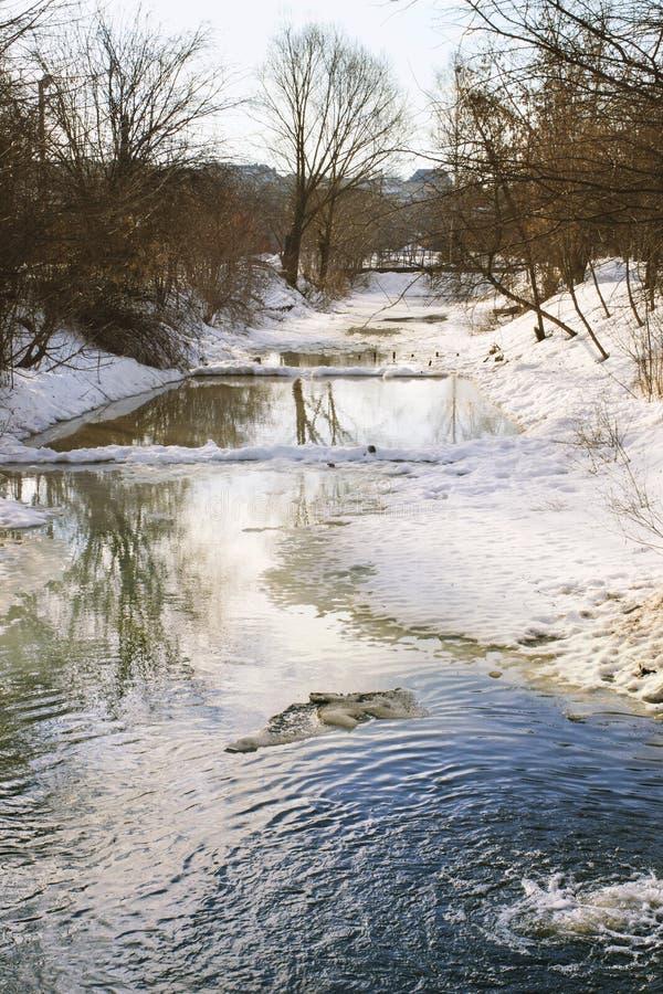 Krajobraz z rzeką topił od lodu obrazy royalty free