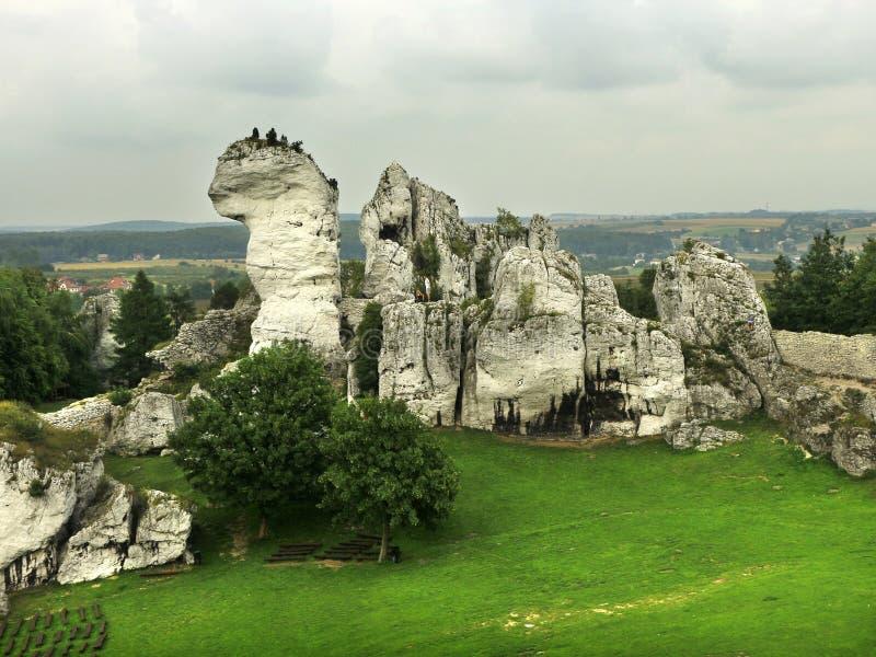 Krajobraz z skałami wokoło średniowiecznego kasztelu zdjęcie stock