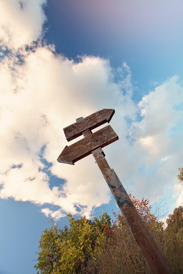 Krajobraz z Starym Drewnianym znakiem zdjęcia stock
