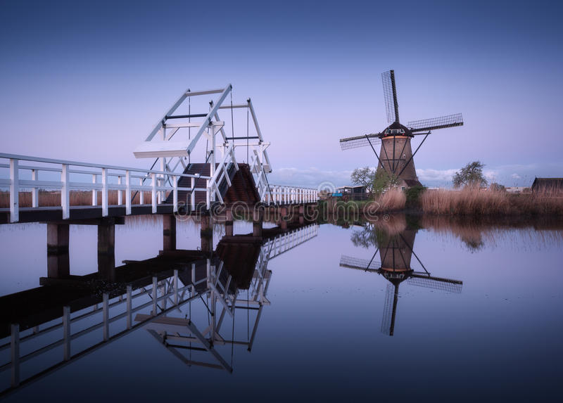 Krajobraz z tradycyjnymi holenderskimi wiatraczkami i drawbridge przy wschodem słońca zdjęcie royalty free