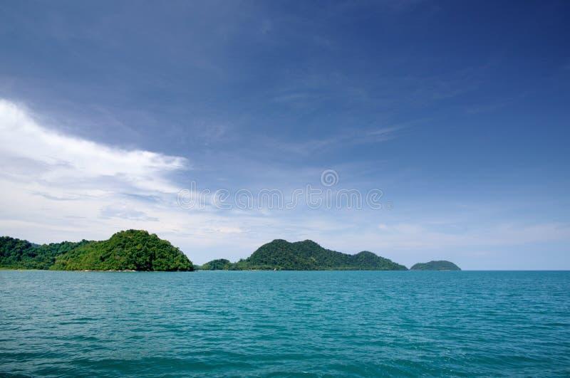 Krajobraz z turkusowym tropikalnym morzem, zmrok i tropikalna Koh Chang wyspa na horyzoncie w Tajlandia, - niebieskie niebo z bie obrazy royalty free