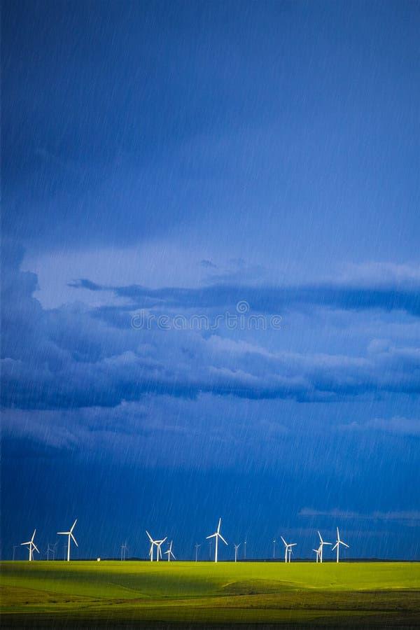 Krajobraz z wiatrowymi młynami i deszczem fotografia stock