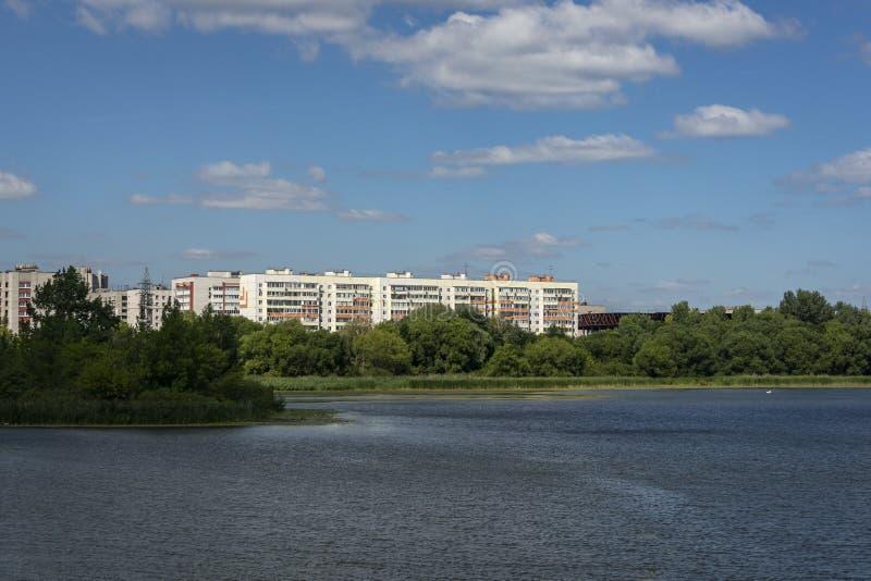 Krajobraz z widokiem wysokich budynków mieszkalnych lokalizować za wodną powierzchnią Sviyaga rzeka zdjęcia royalty free
