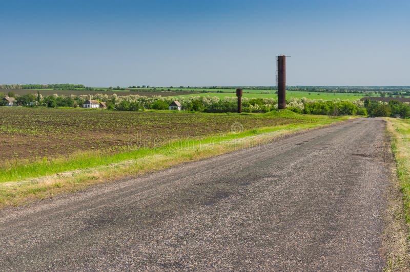 Krajobraz z wiejską drogą daleka Ukraińska wioska przy wiosna sezonem fotografia royalty free