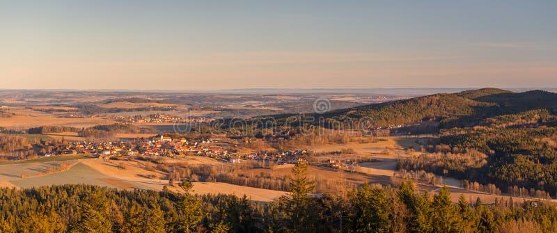 Krajobraz z wsiami, lasami, łąkami, polami i wzgórzami fotografia royalty free