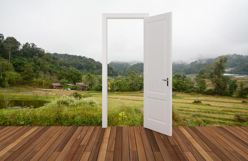 Krajobraz za otwarcia drzwi zdjęcia royalty free