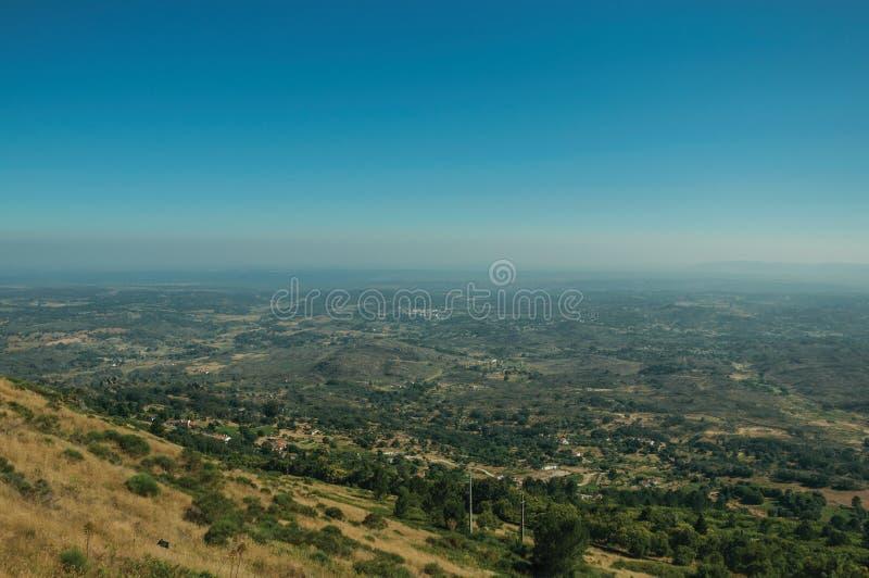Krajobraz zakrywający drewnianymi wzgórzami i kultywującymi polami zdjęcie royalty free