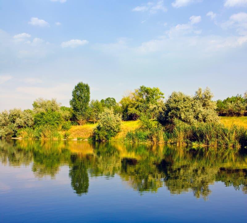 Download Krajobrazowa bank rzeka zdjęcie stock. Obraz złożonej z nadziemski - 13339744
