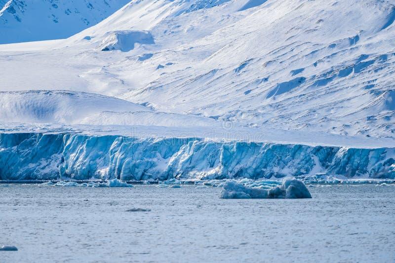 Krajobrazowa lodowa natura lodowiec góry Spitsbergen Longyearbyen Svalbard arktycznego oceanu zimy dnia zmierzchu biegunowy niebo zdjęcie royalty free