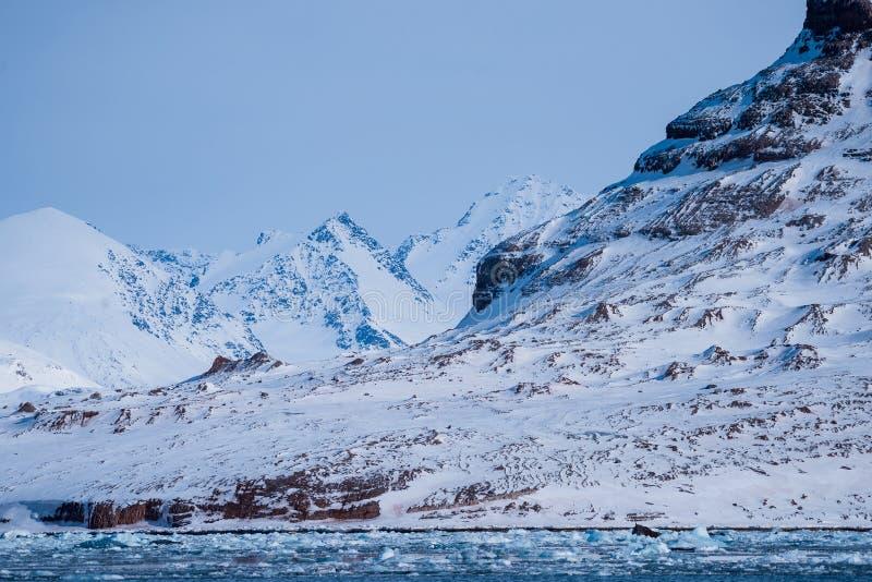 Krajobrazowa lodowa natura lodowiec góry Spitsbergen Longyearbyen Svalbard arktycznego oceanu zimy dnia zmierzchu biegunowy niebo obraz royalty free
